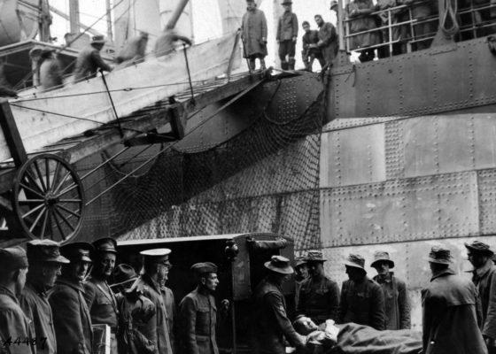 Ambulanciers américains portant un blessé à bord d'un navire sur le port de Saint-Nazaire à la fin de la guerre.