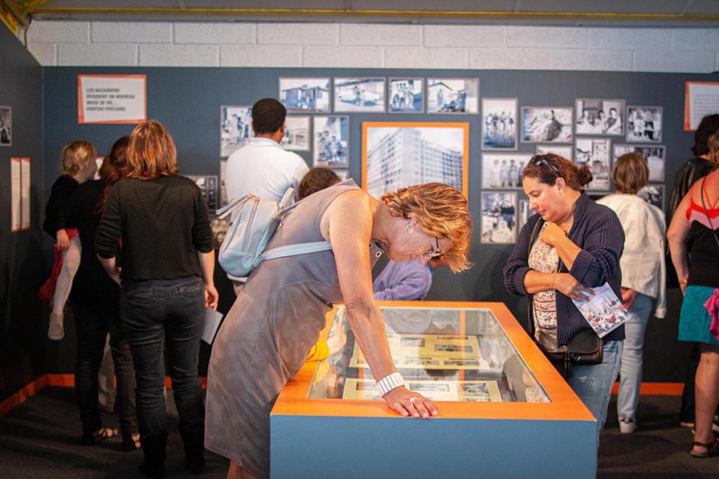 """Visiteurs dans l'exposition """"Nazairiens en ville"""" à l'Écomusée lors des Journées du patrimoine, événement de la Saison patrimoine 2019."""