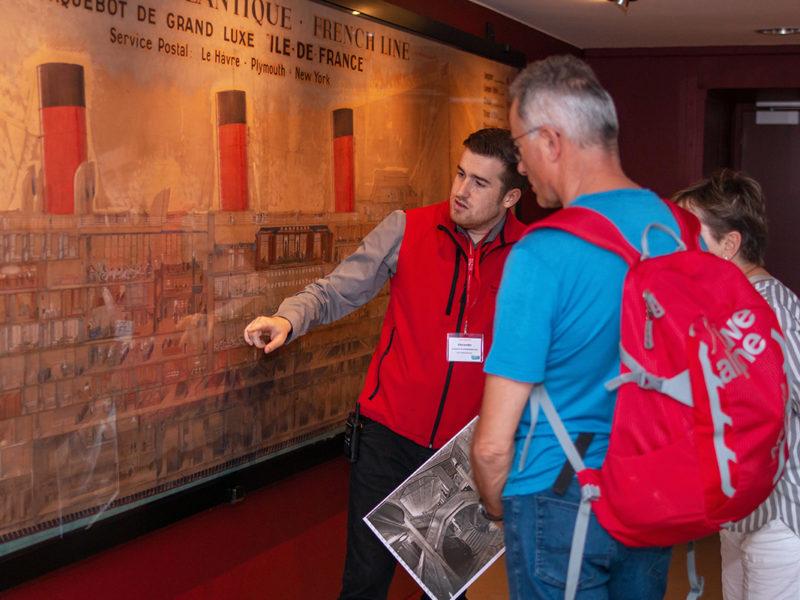 Couple de visiteur accompagné d'un guide lors de la visite d'Escal Atlantic aux Journées du patrimoine, événement de la Saison patrimoine 2019.