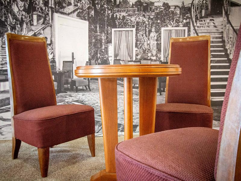 Exposition de fauteuils et table provenant du paquebot Île-de-France (1949) lors des Journées du patrimoine, événement de la Saison patrimoine 2019.