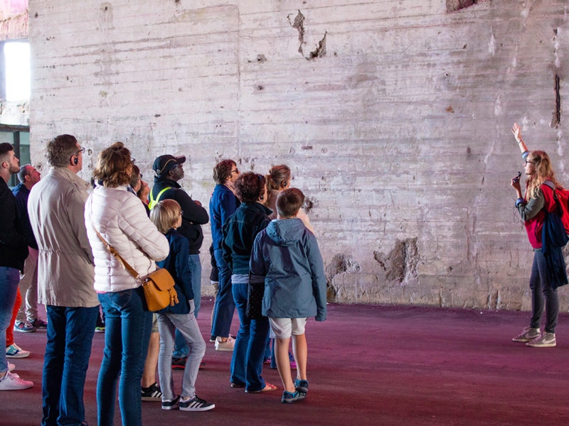 Guide s'adressant à un groupe lors d'une visite de la base sous-marine pendant les Journées du patrimoine, événement de la Saison patrimoine 2019.
