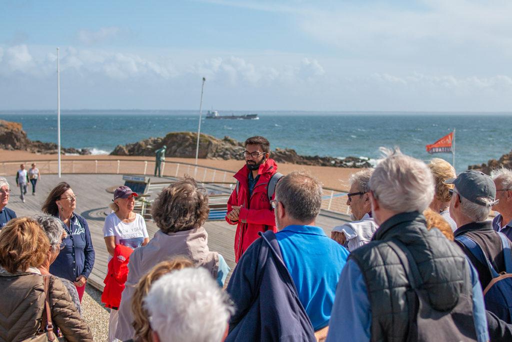 Guide s'adressant à un groupe de visiteurs lors d'une visite dans le quartier de Saint-Marc pendant les Journées du patrimoine, événement de la Saison patrimoine 2019.
