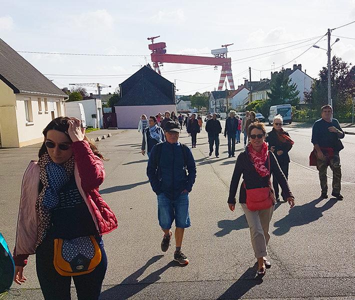 Visiteurs marchant dans les rues de la randonnée urbaine à Méan-Penhoët, événement de la Saison patrimoine 2019.