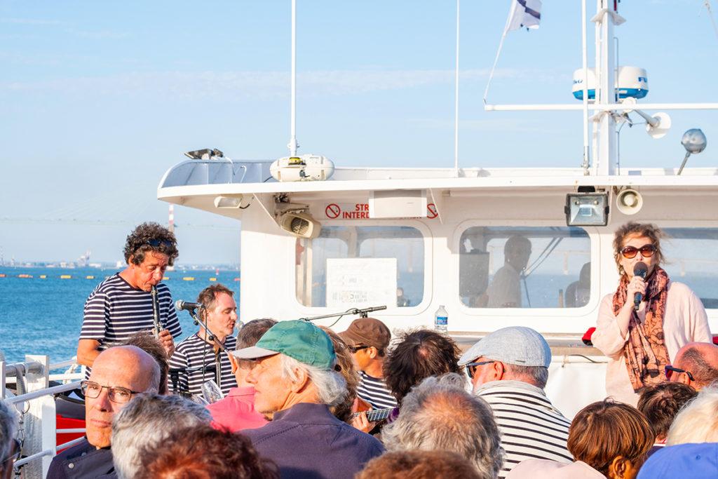Visiteurs sur le pont d'un navire lors de la croisière apéritive musicale