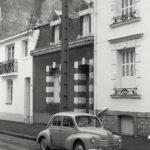 """Jeu """"Où est-ce à Saint-Nazaire ?"""" Voiture Renault 4 CV dans une rue de Saint-Nazaire."""