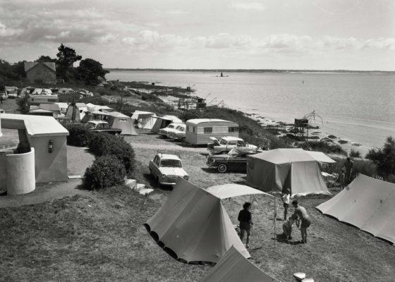 Vue aérienne des tentes, voitures et caravanes du camping de Kerlédé.