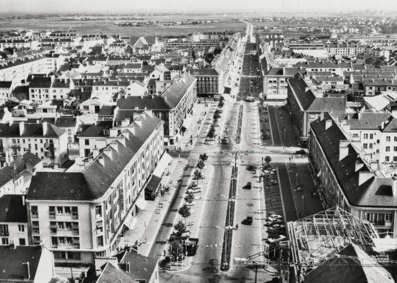 Vue aérienne de l'avenue de la République à Saint-Nazaire dans les années 1950.