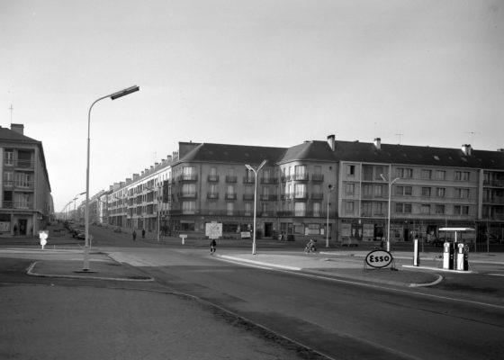 Pompes à essence Esso à l'entrée de la ville de Saint-Nazaire, au début de l'avenue de la République.