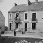 """Jeu """"Où est-ce à Saint-Nazaire ?"""" Famille posant devant sa maison fraîchement construite dans une rue en travaux au début du 20e siècle."""