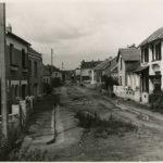 """Jeu """"Où est-ce à Saint-Nazaire ?"""" Rue avec route en terre au moment de la Reconstruction."""