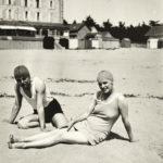 """Jeu """"Où est-ce à Saint-Nazaire ?"""" Couple de baigneurs sur la plage dans les années 1930."""