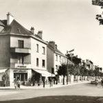Photographie noir et blanc d'un carrefour dans le centre-ville de Saint-Nazaire avec un bar.