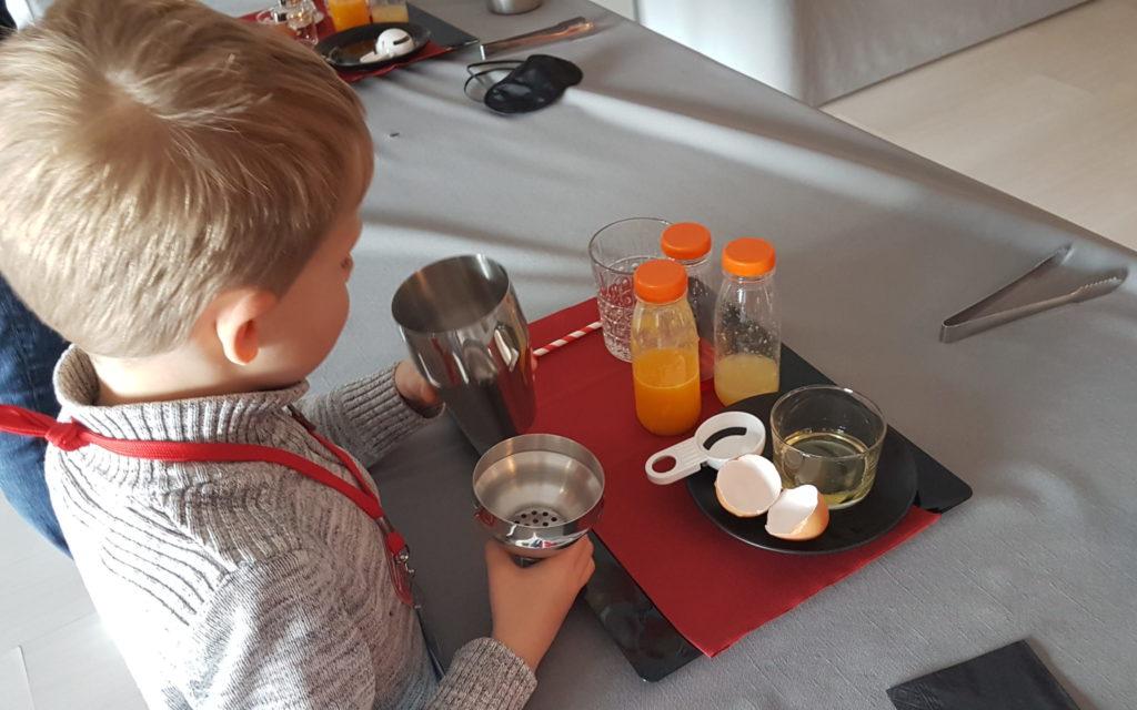 Enfant en train de faire un cocktail pendant une activité à Escal'Atlantic.