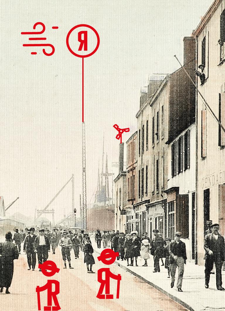 Foule marchant dans la rue de Trignac, à droite les façades des immeubles et au fond un navire dans le bassin de Penhoët.