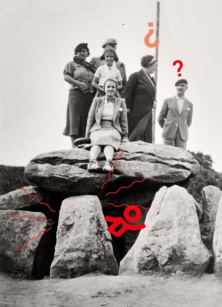 Photographie en noir et blanc d'une famille debout sur des rochers dans les années 1930.