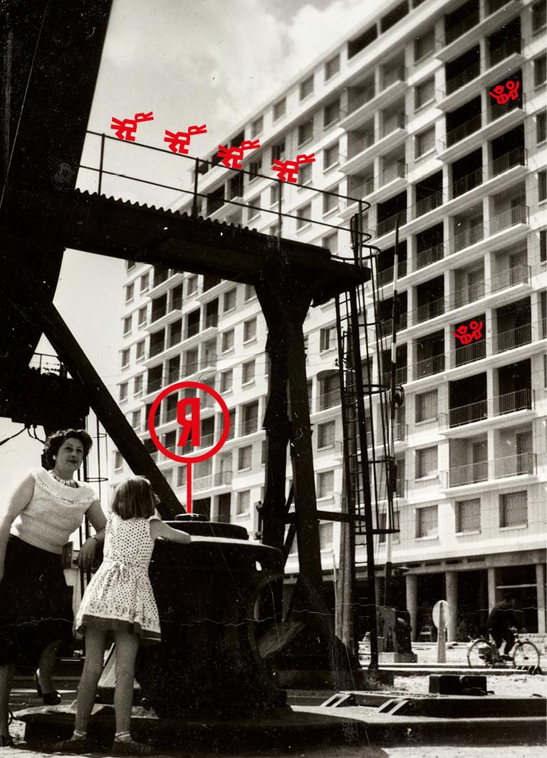 Femme et jeune fille appuyées sur le pont levant avec en fond le building.