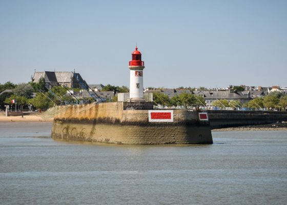 Vue de la jetée ouest de l'avant-port de Saint-Nazaire depuis la mer.