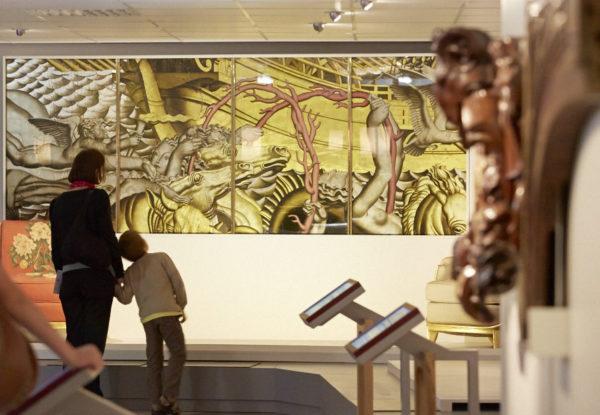Visiteurs regardant les œuvres d'art dans Escal'Atlantic