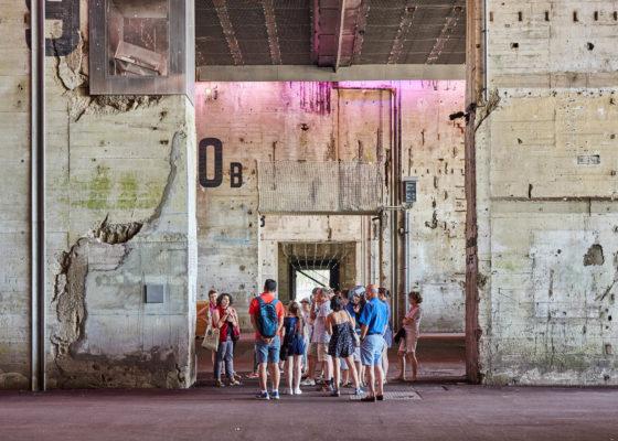 Groupe de personnes lors d'une visite guidée dans la base sous-marine.