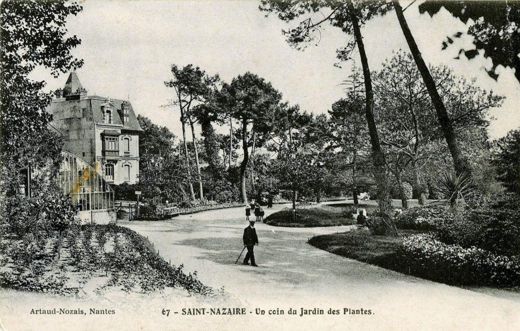 Carte postale ancienne représentant un personnage se promenant dans les allées du jardin des plantes de Saint-Nazaire. Au fond à gauche, se dresse une grande maison bourgeoise.