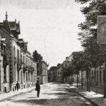 Carte postale en noir et blanc timbrée représentant un homme au milieu d'une rue de Saint-Nazaire vers 1900.