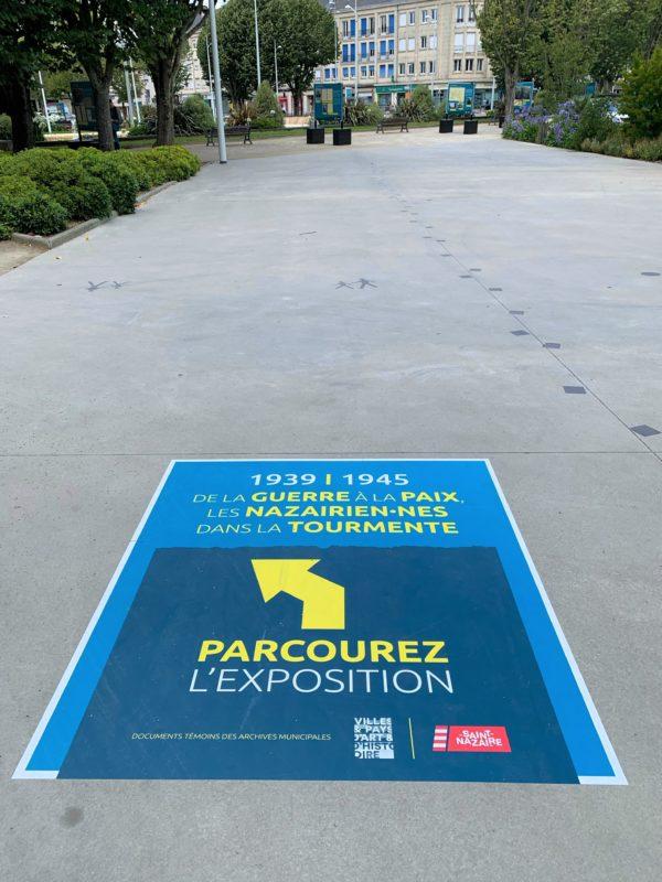 Panneau de l'exposition sur la Seconde Guerre mondiale collé au sol sur l'avenue Léon Blum à Saint-Nazaire.