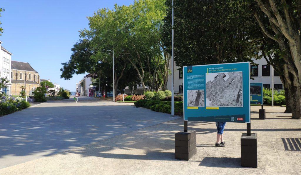 Panneau de l'exposition sur la Seconde Guerre mondiale avec derrière l'avenue Léon Blum à Saint-Nazaire