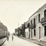 Carte postale noir et blanc représentant une femme et un enfant dans une rue de Saint-Nazaire avant-guerre.