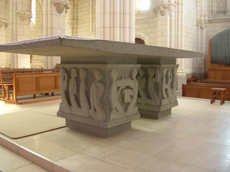 Autel sculpté en granit de l'église de Saint-Nazaire, visible dans l'une des visites des Journées du Patrimoine.