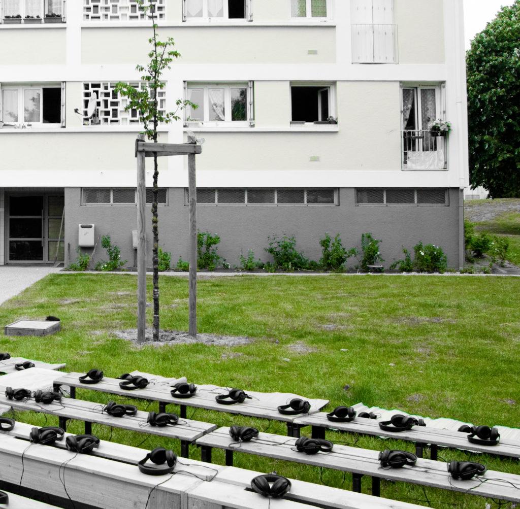 Casques audio posés sur des bancs devant un HLM de Saint-Nazaire.