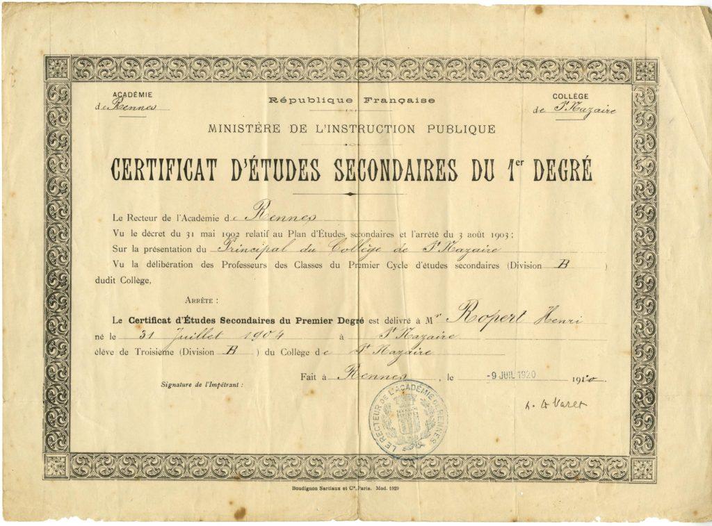 Photographie d'un certificat d'études secondaires du 1er degré sur papier blanc jauni imprimé en noir avec un liseré gothique.