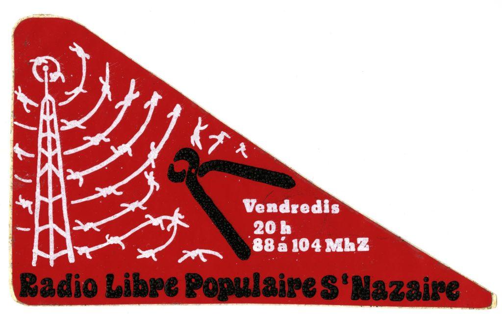 Autocollant de la Radio Libre Populaire en forme de triangle rouge représentant une antenne radio blanche diffusant des ondes barbelées découpées par une pince noire.