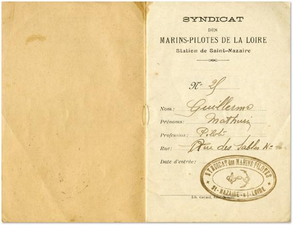 Livret ouvert sur la première page indiquant l'identité du propriétaire : Mathurin Guillerme.