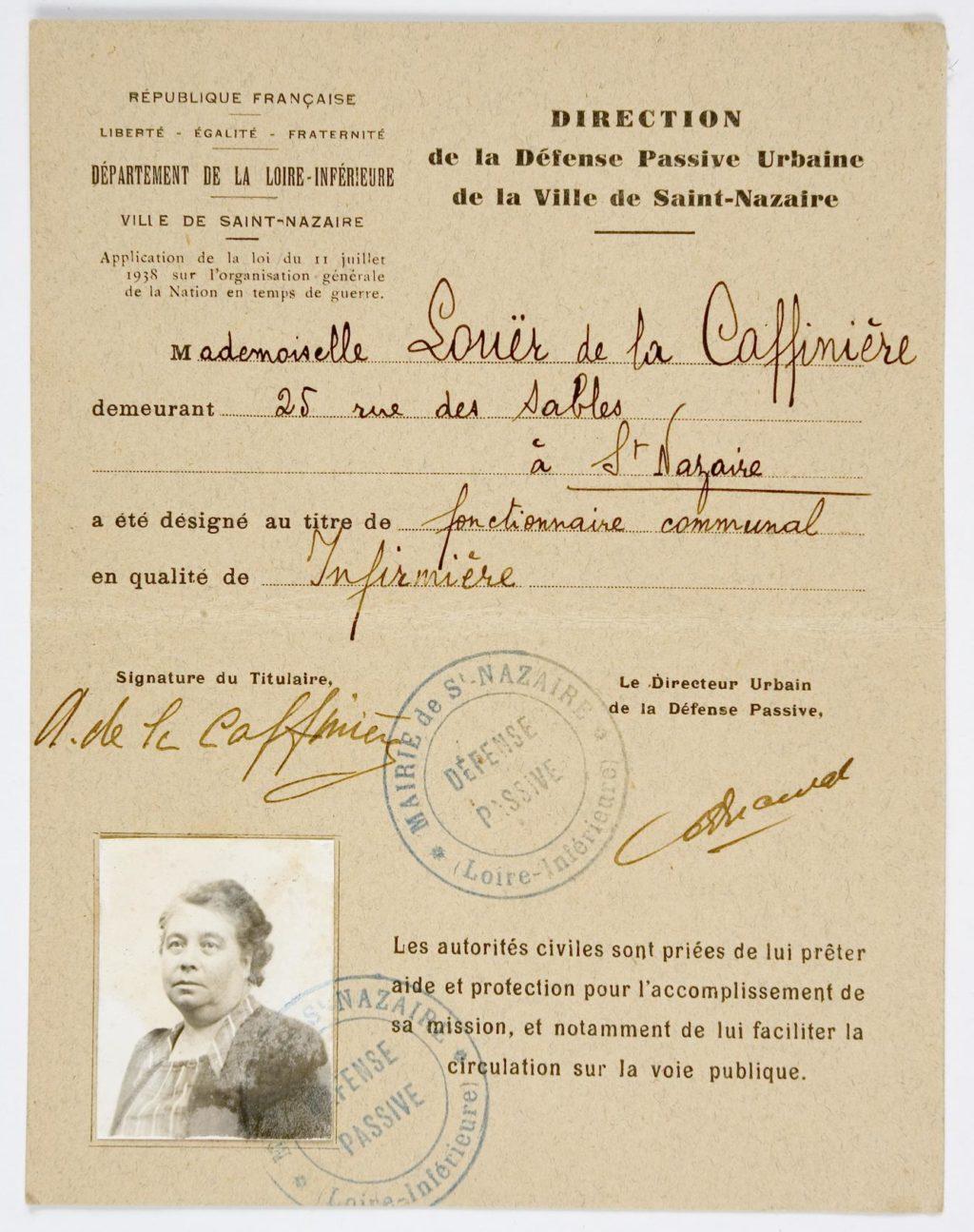 Photographie d'une carte de service de la défense passive qui renseigne l'identité de sa propriétaire, Mademoiselle Laouër de la Caffinière, infirmière communale avec sa photo d'identité.