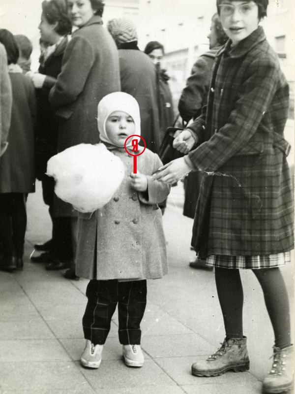 Photographie noir et blanc de deux enfants sur un trottoir dont l'un tient une barbe à papa. Une sucette a été ajoutée en montage en écho à la Saison patrimoine.