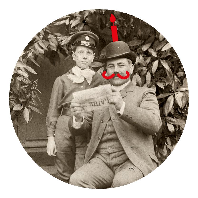 Photographie noir et blanc d'un homme avec un chapeau melon tenant un journal accompagné d'un enfant.
