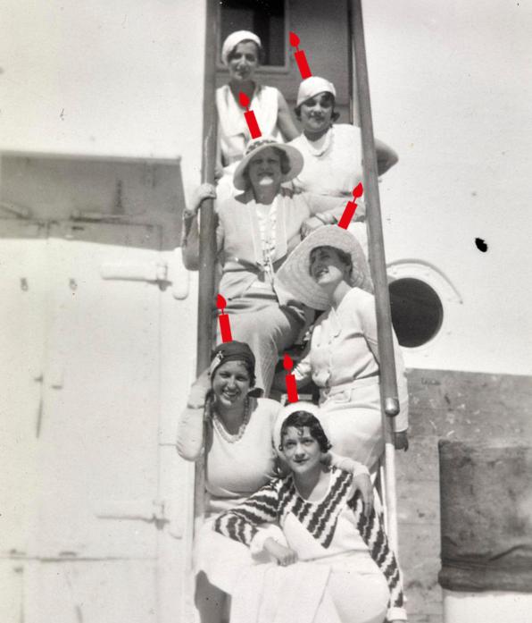 Photographie noir et blanc de six femmes posant sur l'escalier d'un paquebot transatlantique sur la tête desquelles a été ajouté des bougies en écho à la Saison patrimoine.