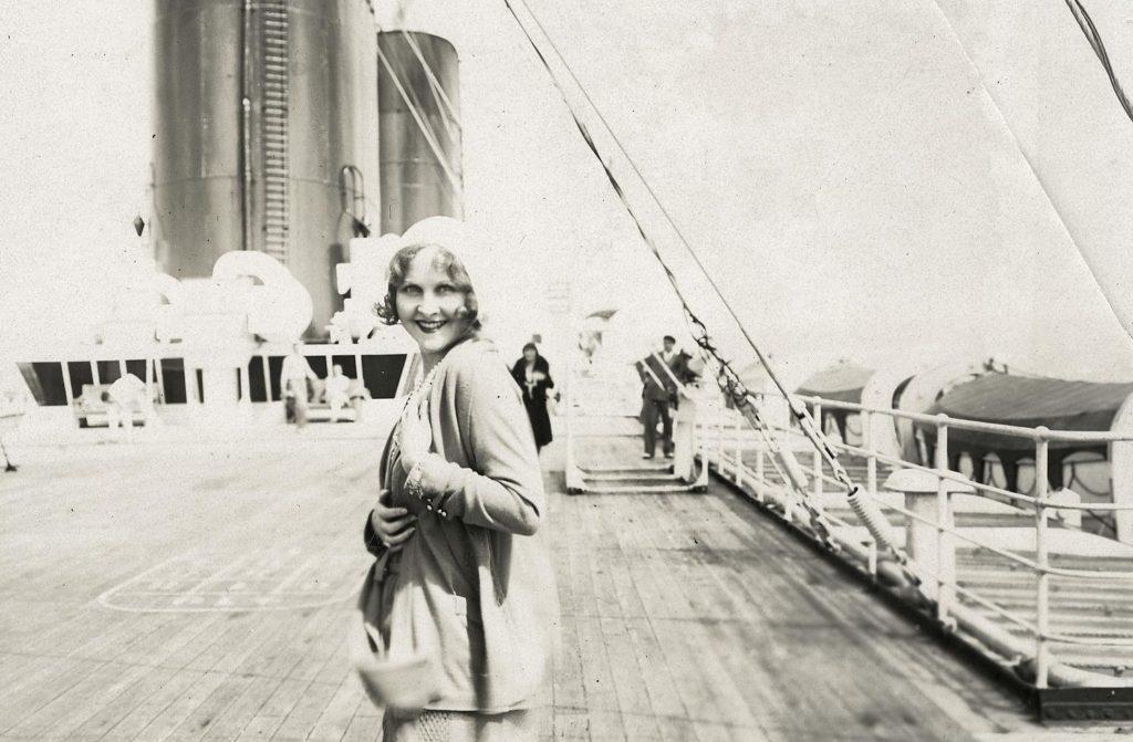 Photographie dune femme sur le pont dun paquebot dans les années 1930.