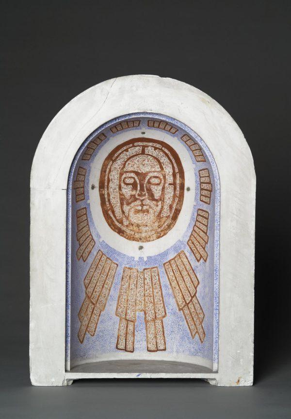 Maquette creuse en plâtre dont l'intérieur reprend la forme d'une abside. Une proposition de fresque est peinte avec la tête du Christ.
