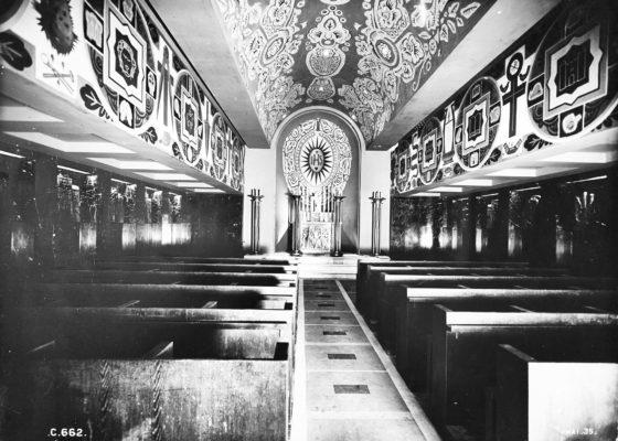 Photographie noir et blanc de la chapelle du paquebot Normandie avec sa voûte et son abside peintes par Alfred Lombard.