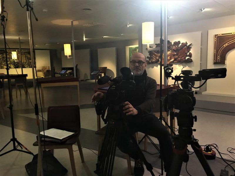 Le réalisateur Olivier Hennegrave en train de tourner un documentaire sur le France dans une salle d'Escal'Atlantic.