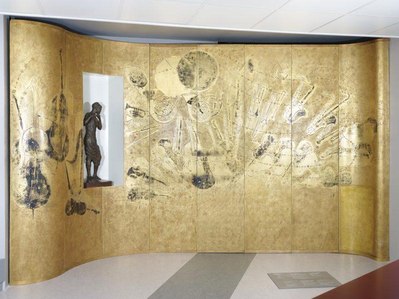 Ensemble de panneaux de laque dorés décorés sur le thème de la musique et exposé dans Escal'Atlantic.