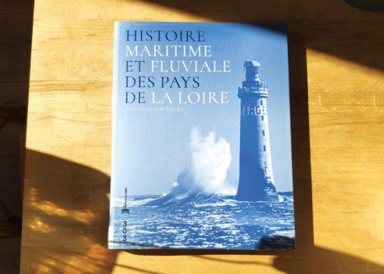 """Couverture du livre """"Histoire maritime et fluviale des Pays de la Loire"""" représentant une vague s'écrasant sur un phare en pleine mer."""