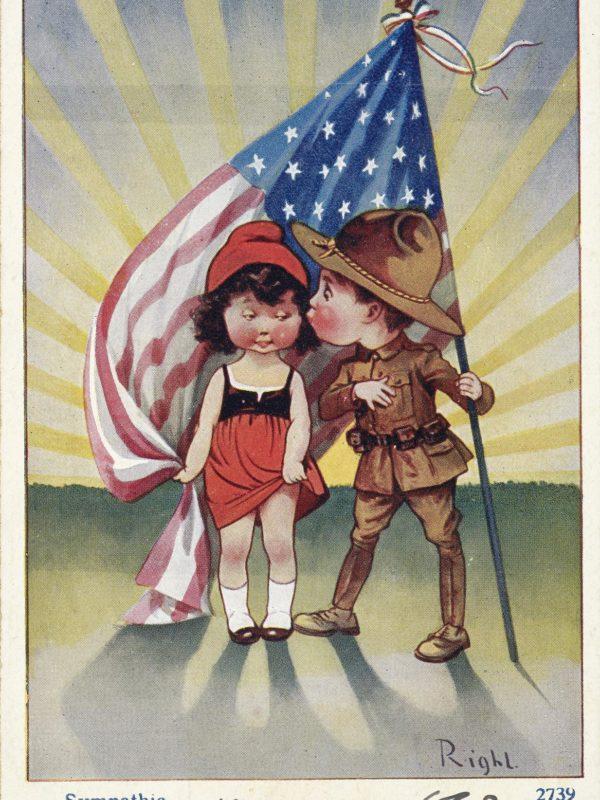 Carte postale avec une illustration dessinée en couleur représentant un petit garçon en uniforme américain et une petite fille en costume alsacien et bonnet phrygien. Le garçon tient un drapeau américain.