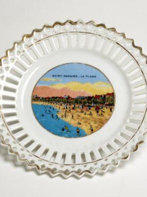 Assiette en porcelaine représentant la plage de Saint-Nazaire.
