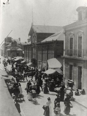 Photographie en noir et blanc d'une foule un jour de marché aux halles de Saint-Nazaire.