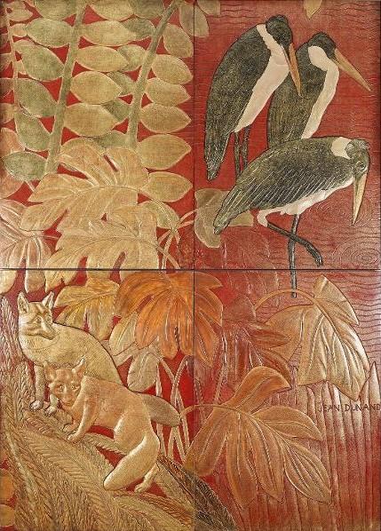 """Ensemble de panneaux de laque intitulé """"La Chasse"""", qui décore la porte coulissante séparant le fumoir du grand salon de première classe du paquebot Normandie (1935). Deux renards et trois marabouts dans une végétation sont représentés."""