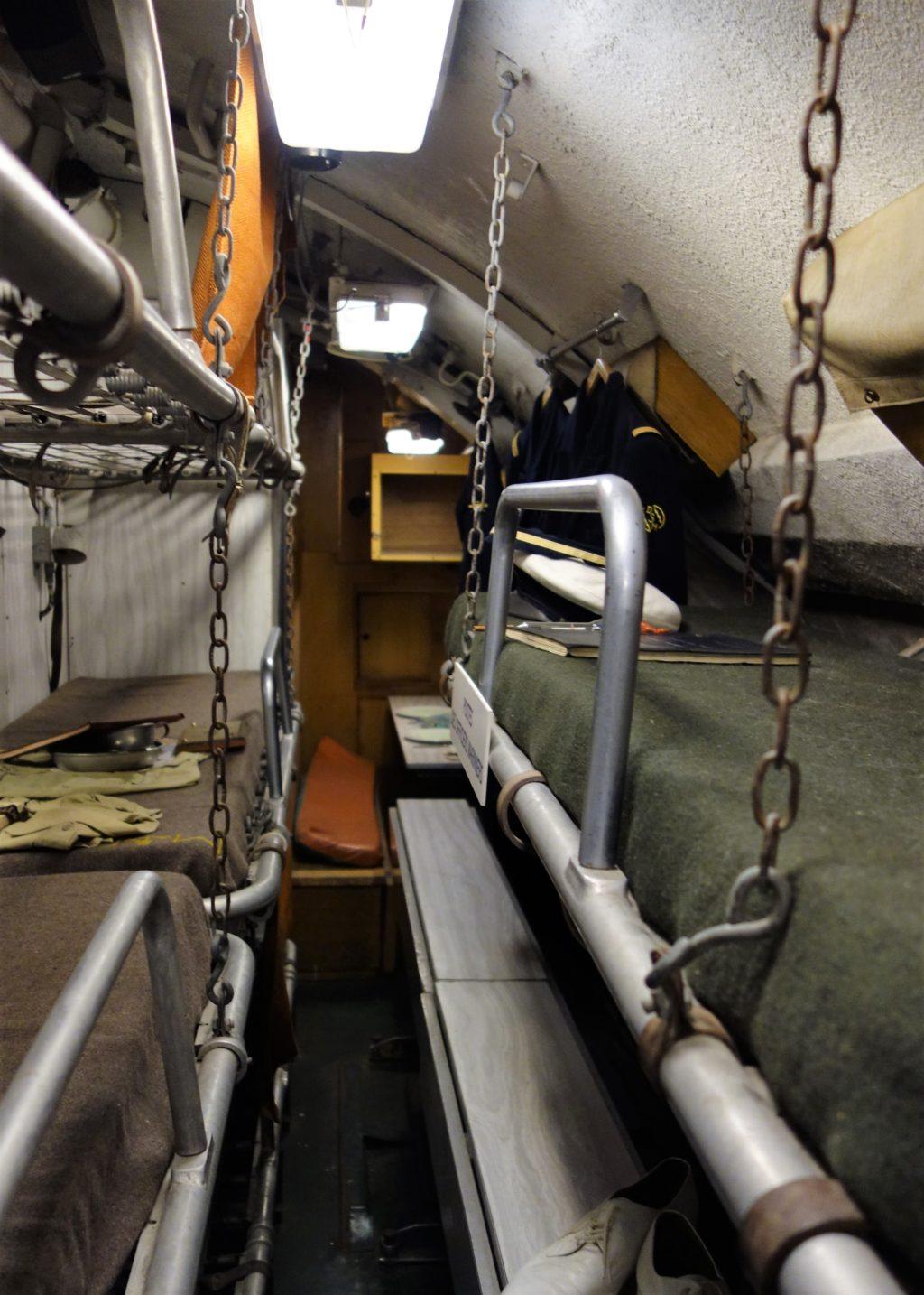 Photographie couleur prise à l'intérieur du sous-marin Espadon et montrant des bannettes où dormait l'équipage.