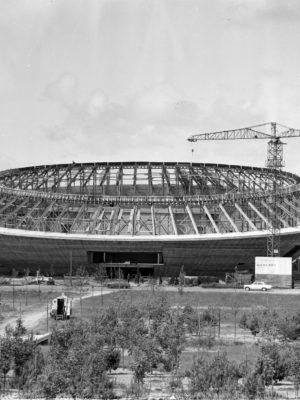 """Photographie de la salle des sports """"la Soucoupe"""" en construction."""