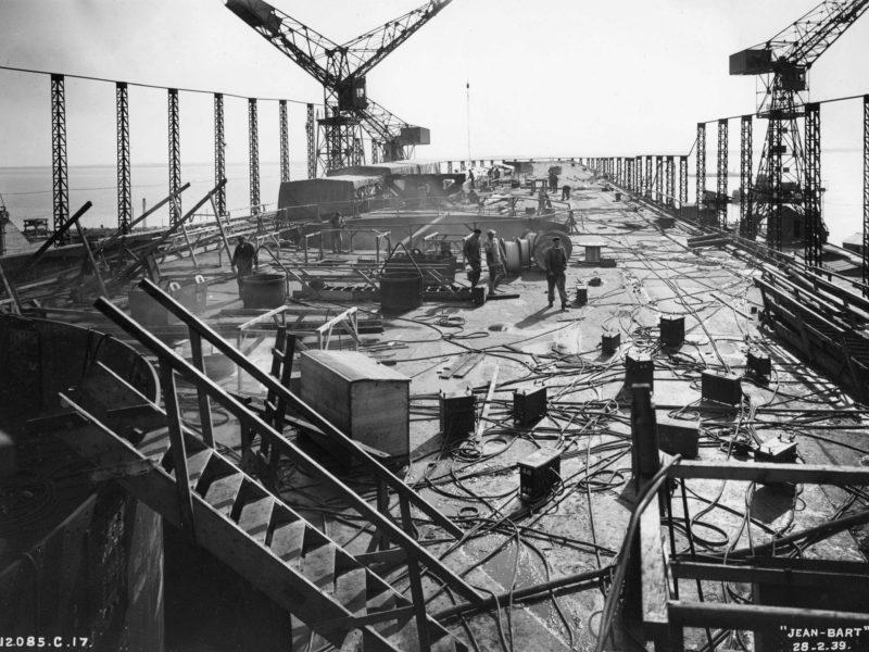Montage des superstructures du cuirassé Jean Bart le 28 février 1939.